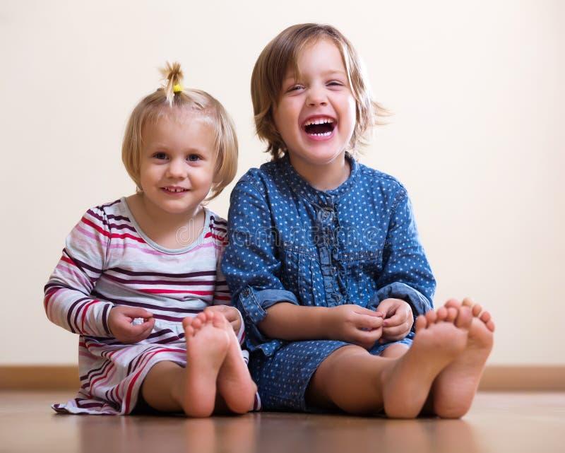 Download 愉快的姐妹二 库存图片. 图片 包括有 人们, 一起, 偶然, 微笑, 孪生, 室内, 女孩, 兄弟, 逗人喜爱 - 59101785