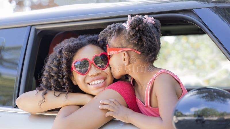 愉快的姐妹或朋友夏天喜悦的乘坐 图库摄影