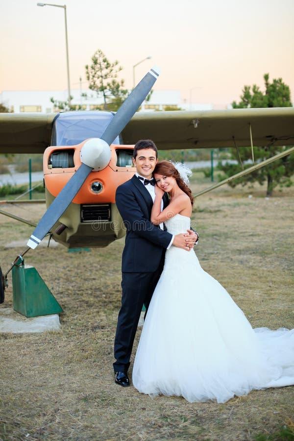 愉快的婚礼新娘和新郎 免版税库存图片