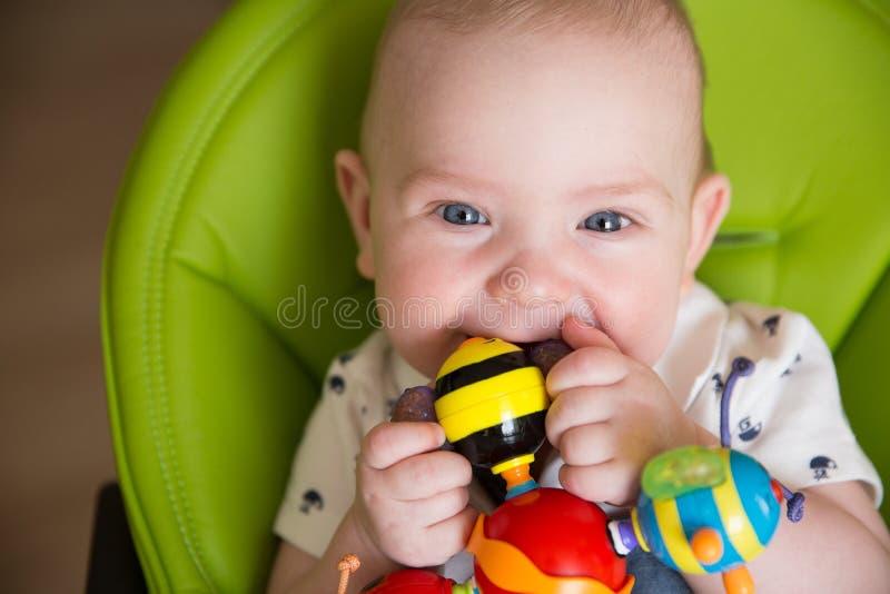 愉快的婴孩,使用与Teether玩具,微笑的男孩画象的逗人喜爱的婴儿孩子 免版税图库摄影