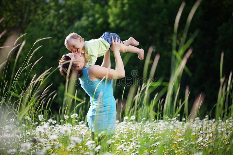 愉快的子项她的母亲 免版税库存照片