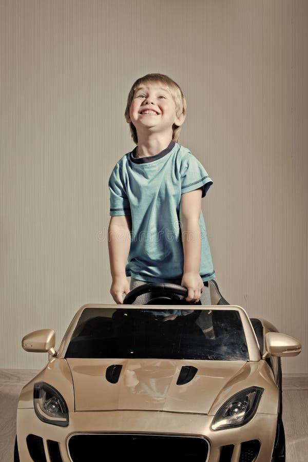 愉快的子项 有小男孩的汽车 免版税库存照片