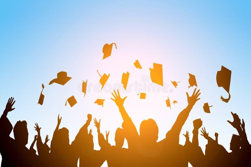 愉快的学生在天空中的投掷毕业盖帽 免版税库存照片