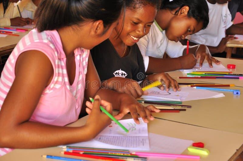 愉快的学生在非洲学校 免版税库存图片