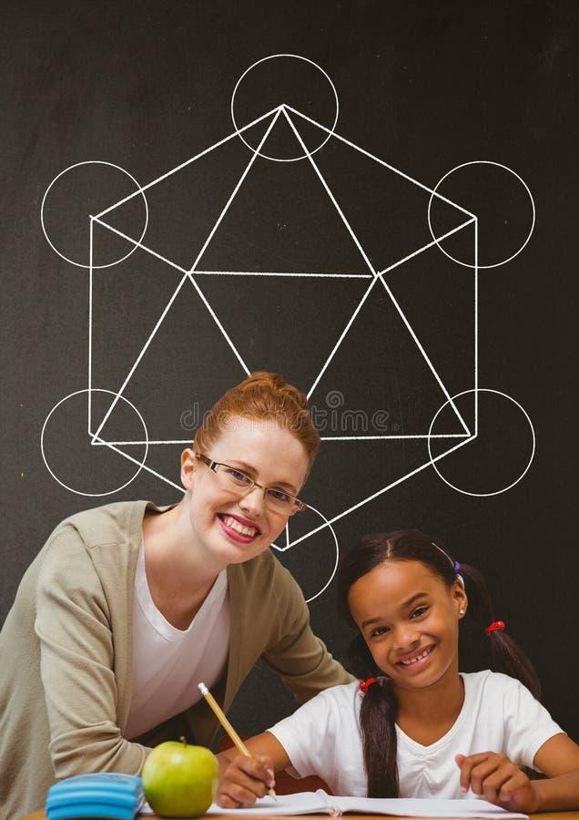 愉快的学生女孩和老师在桌上反对灰色黑板有学校和教育图表的 向量例证