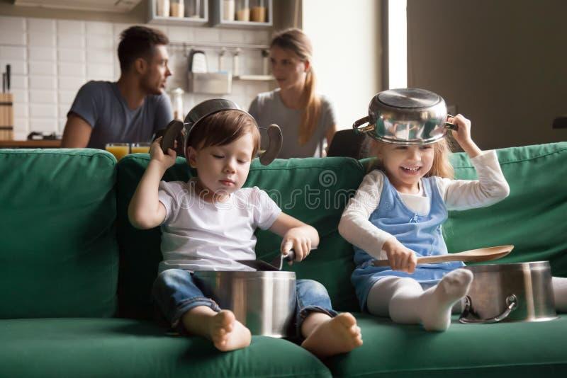 愉快的学龄前逗人喜爱的使用与厨具toget的女孩和男孩 免版税库存照片