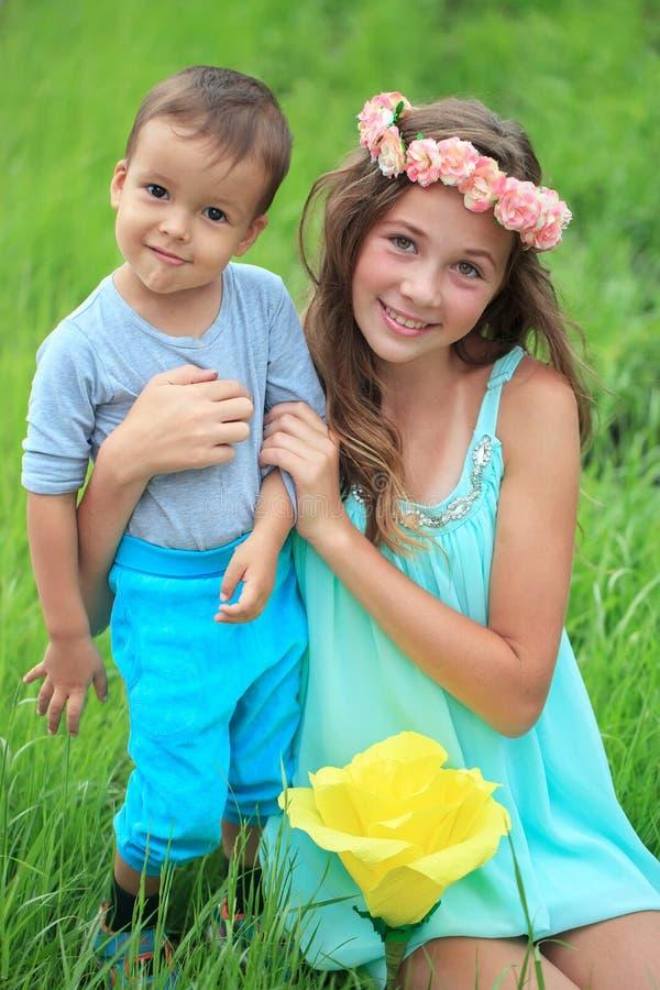 愉快的孩子、兄弟和姐妹,笑的少年男孩 库存图片