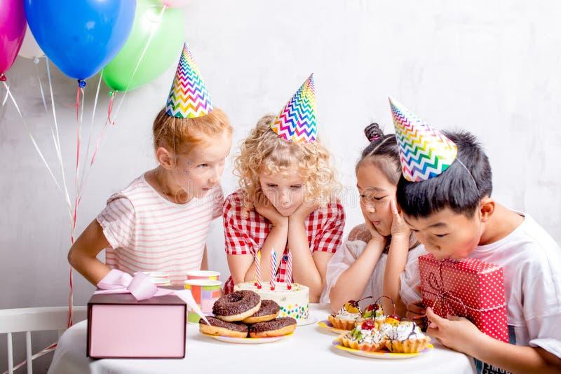 愉快的孩子准备品尝生日蛋糕 免版税库存照片