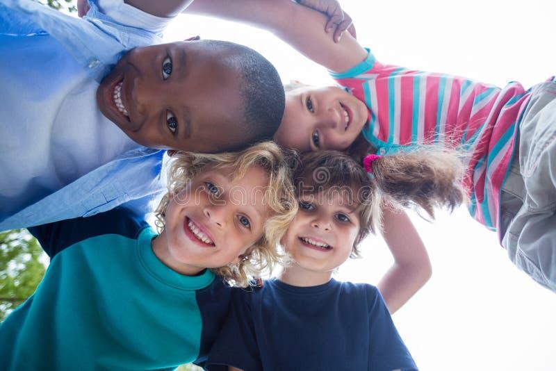 愉快的孩子在公园一起 库存图片
