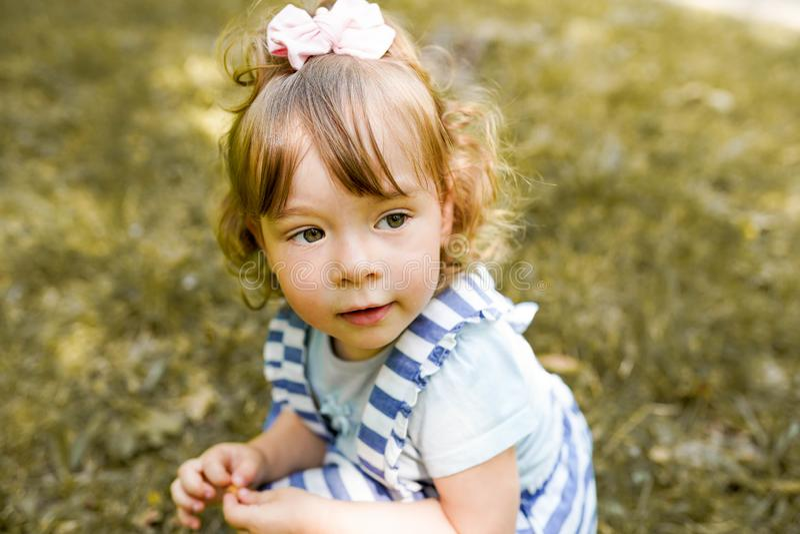 愉快的孩子在公园,少女放松户外 ?? 免版税图库摄影