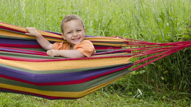 愉快的孩子在庭院里 免版税库存图片