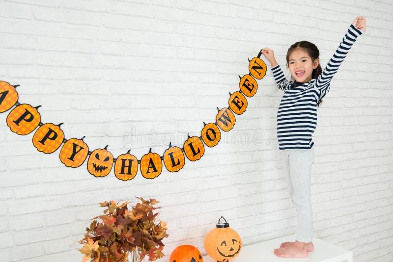 愉快的孩子帮助家庭挂上装饰 免版税图库摄影