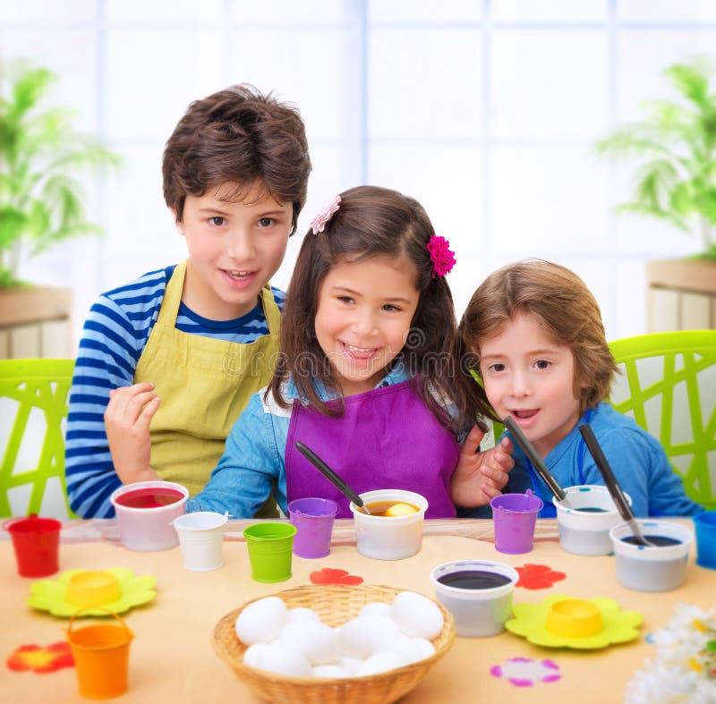 愉快的孩子油漆鸡蛋 图库摄影