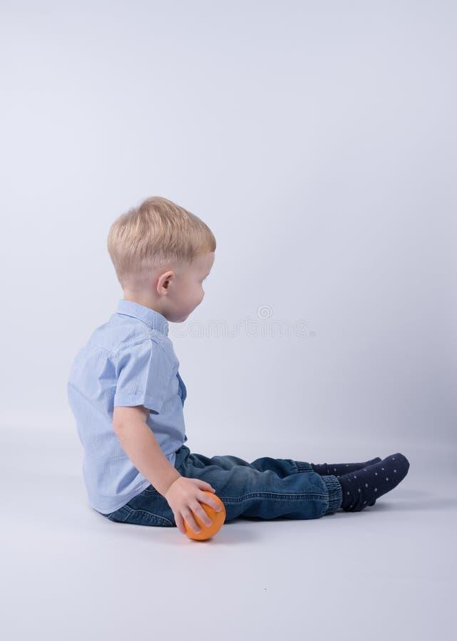愉快的孩子用桔子 库存图片