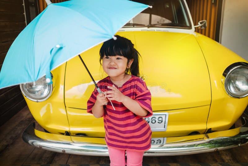 愉快的孩子画象与一把伞的在远足前 保护的雨或阳光在夏天或雨季概念 逗人喜爱的一点 图库摄影