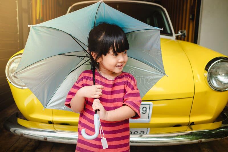 愉快的孩子画象与一把伞的在远足前 保护的雨或阳光在夏天或雨季概念 逗人喜爱的一点 免版税图库摄影