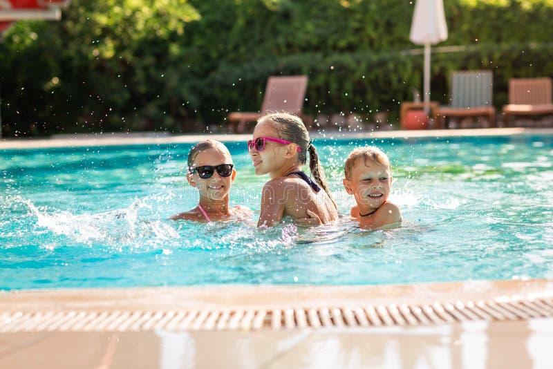 愉快的孩子获得乐趣在水池 库存图片