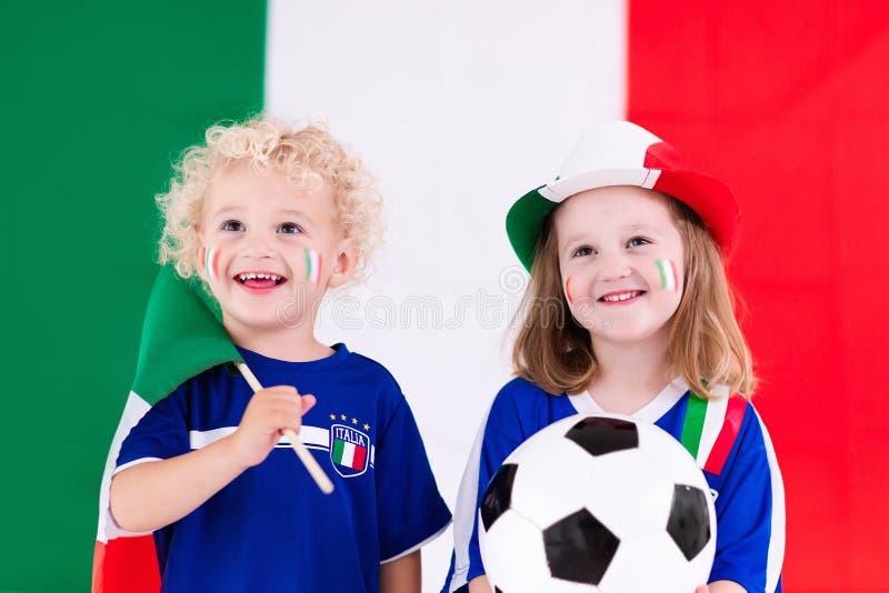 愉快的孩子,意大利橄榄球支持者 库存照片
