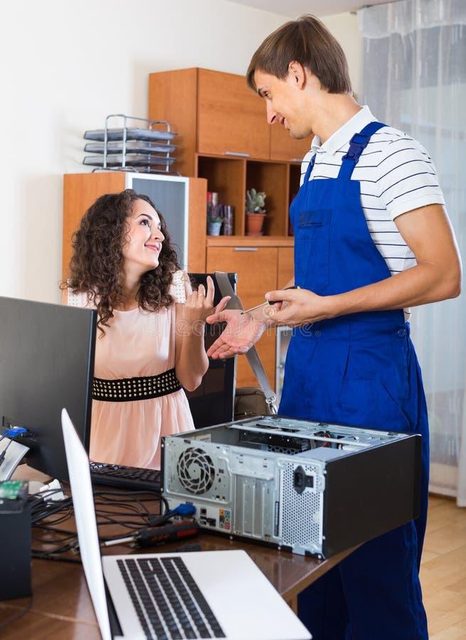 愉快的客户和个人计算机工程师在工作 库存照片