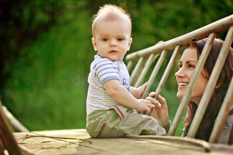 愉快的家庭。一个年轻母亲和婴孩 免版税库存照片