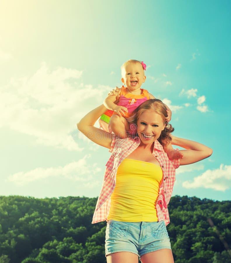 愉快的家庭。母亲和女儿使用在自然的女婴 库存图片