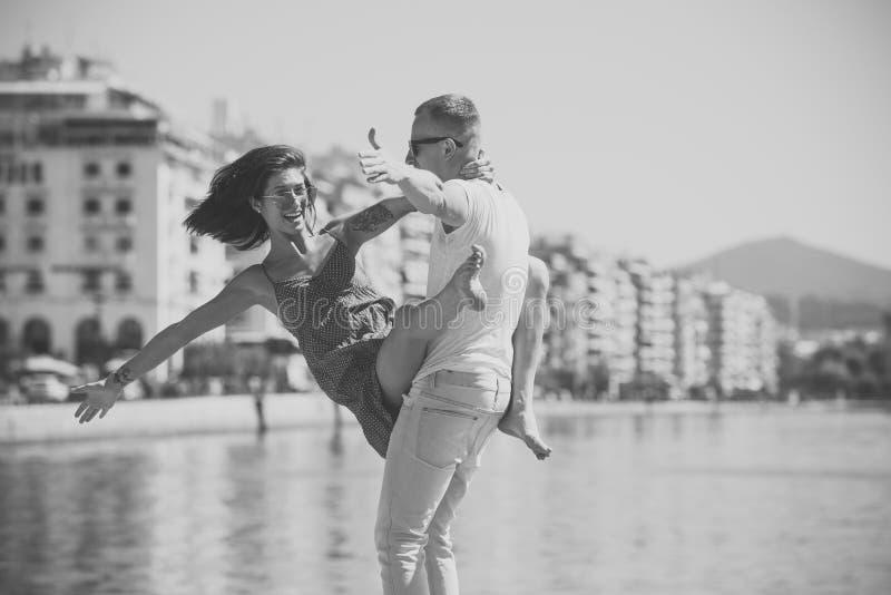 愉快的家庭一起花费时间,跳舞,有乐趣、海和都市背景 在爱立场的夫妇在沿海岸区 免版税库存照片
