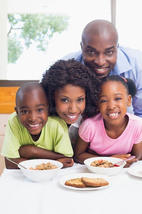愉快的家庭吃早餐一起早晨 库存照片