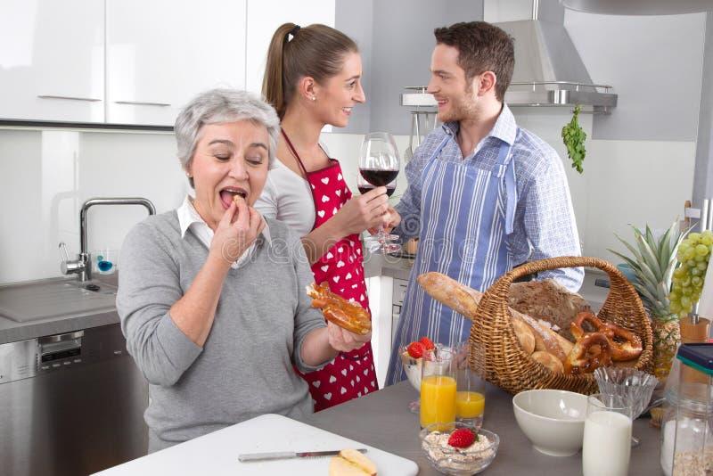 愉快的家庭在厨房里一起 库存照片