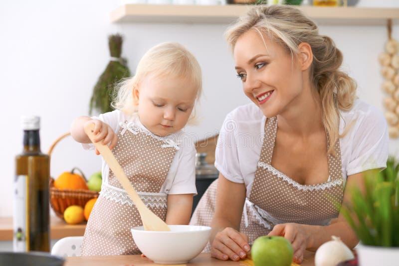 愉快的家庭在厨房里 烹调鲜美breakfest的母亲和儿童女儿 库存照片