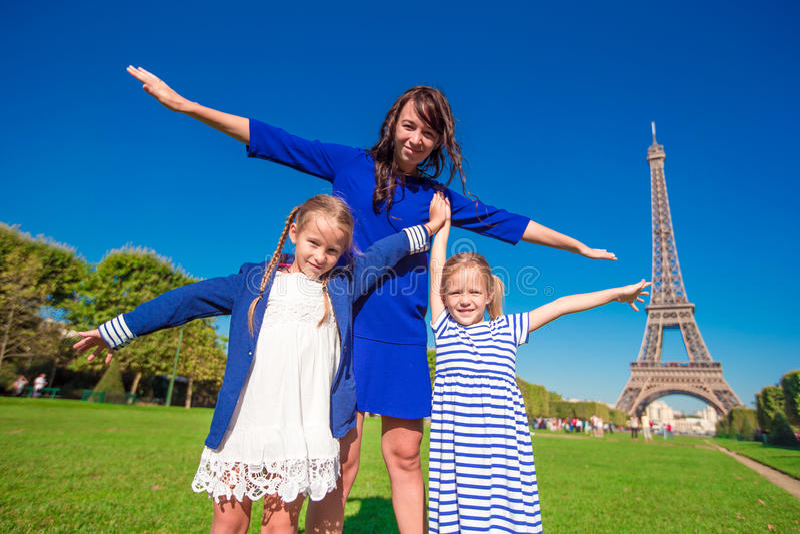 愉快的家庭在埃佛尔铁塔附近的巴黎 法国 免版税库存照片