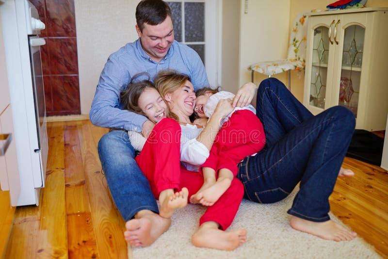 愉快的家庭在家在地板上 免版税库存图片