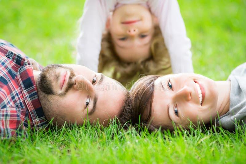 愉快的家庭在春天 库存图片