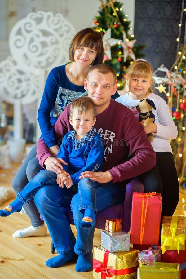 愉快的家庭在欢乐演播室 库存照片