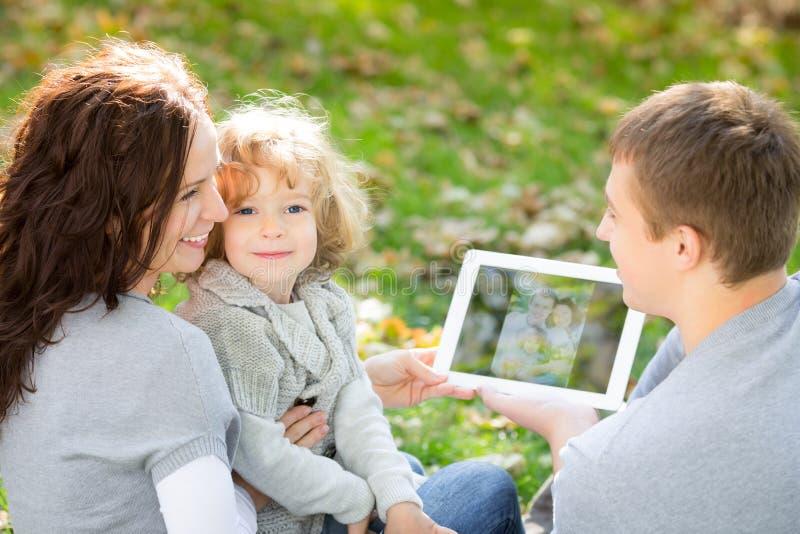 愉快的家庭在秋天公园 免版税库存图片