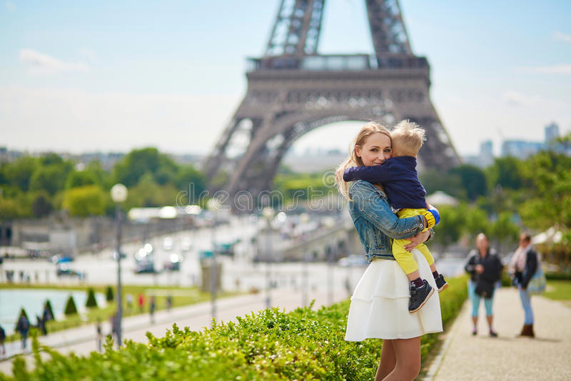 愉快的家庭在巴黎 图库摄影