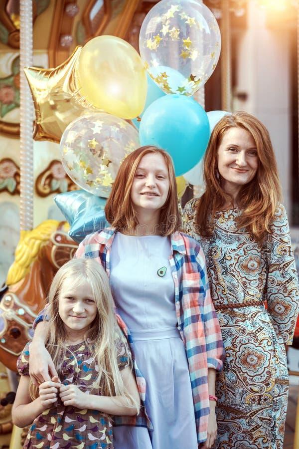 愉快的家庭妈妈和两个女儿 免版税库存照片