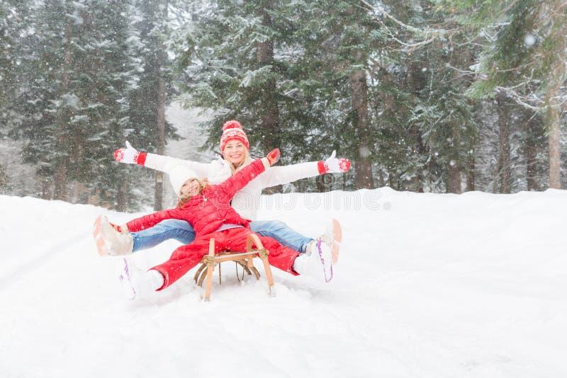 愉快的家庭室外在冬天 免版税库存图片