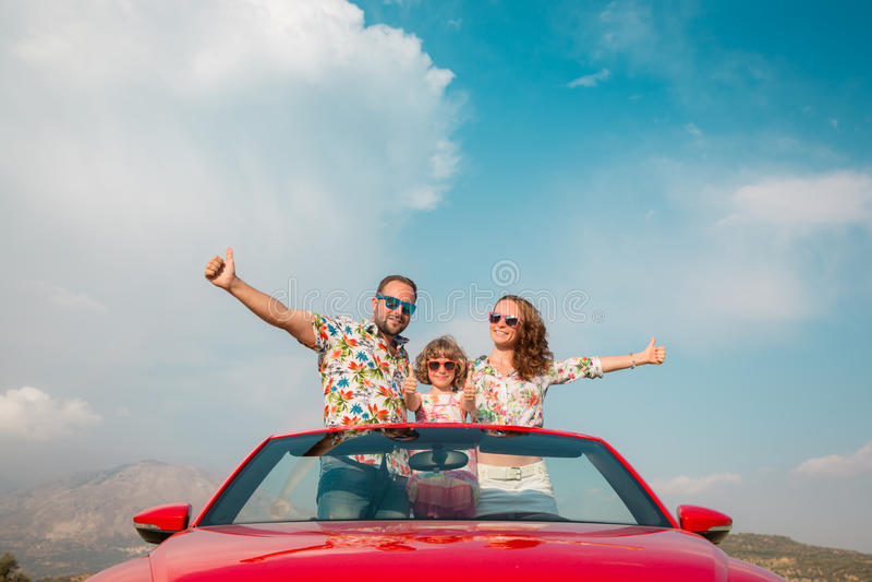 愉快的家庭旅行乘在山的汽车 免版税库存图片