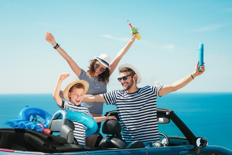 愉快的家庭旅行乘汽车向海 免版税库存图片