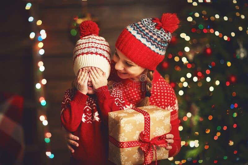 愉快的家庭母亲和儿童女孩有圣诞节礼物的 库存照片