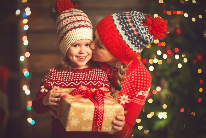 愉快的家庭母亲和儿童女孩有圣诞节礼物的 库存图片