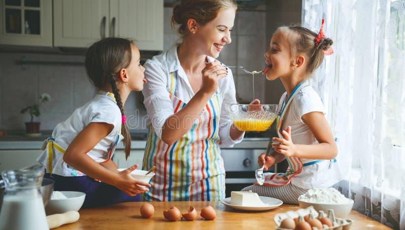 愉快的家庭母亲和儿童孪生烘烤揉的面团  库存图片