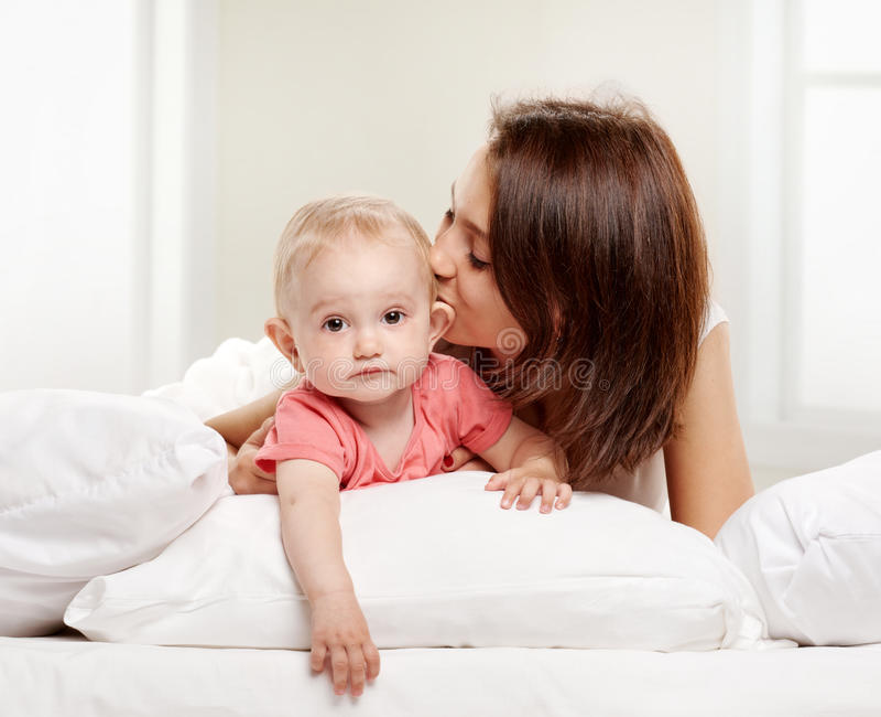 愉快的家庭母亲和她的婴孩 免版税库存图片