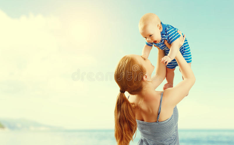 愉快的家庭母亲和小儿子演奏和获得乐趣在summe 免版税库存图片