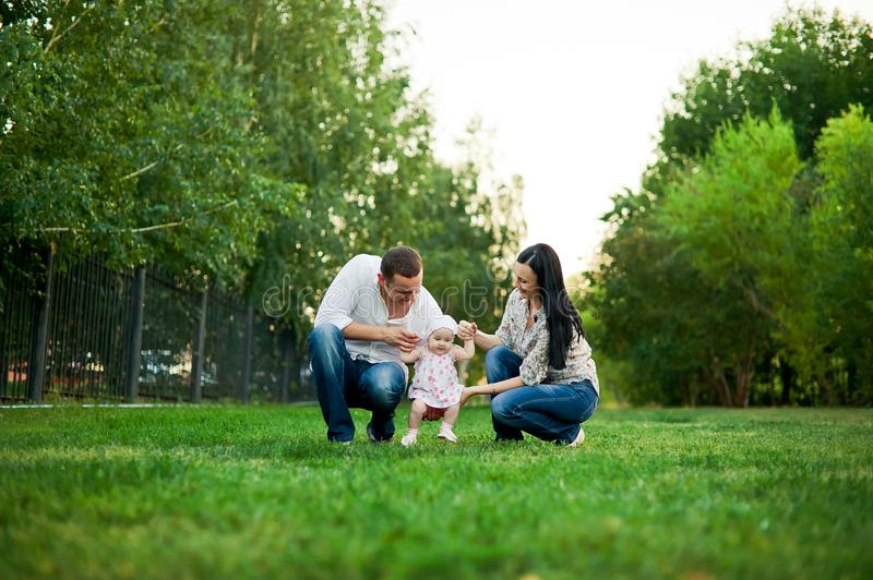 愉快的家庭母亲,父亲,儿童女儿 免版税库存图片