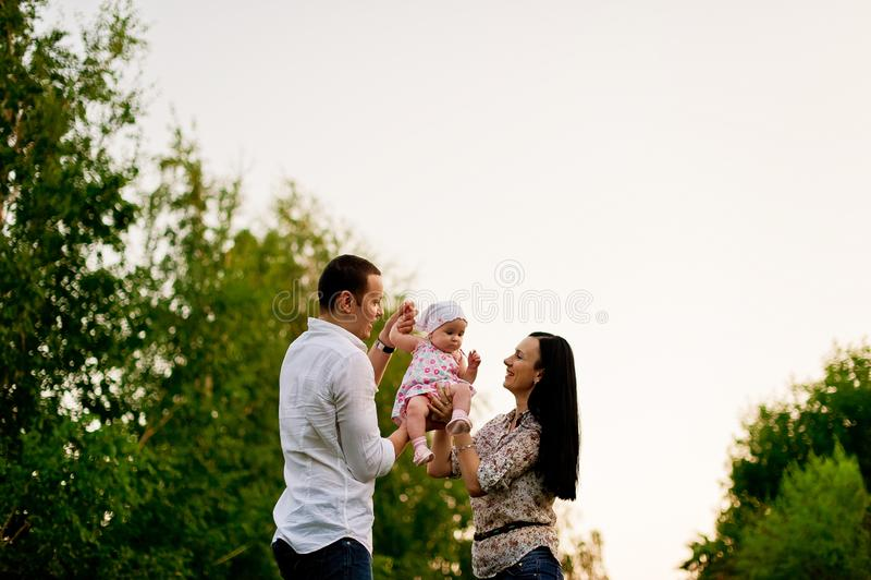 愉快的家庭母亲,父亲,儿童女儿 库存图片