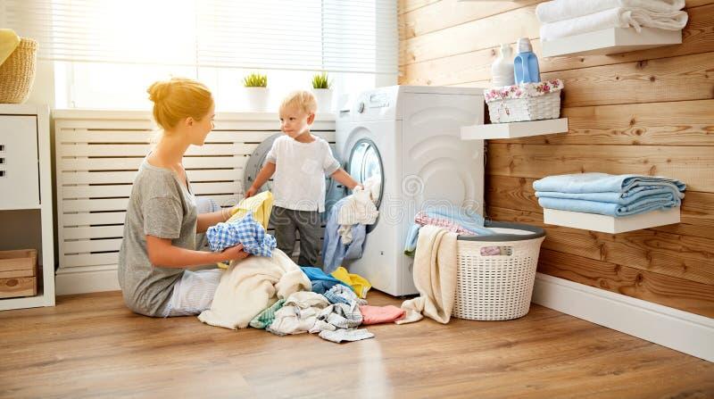 愉快的家庭母亲主妇和孩子洗衣店的装载w 库存图片
