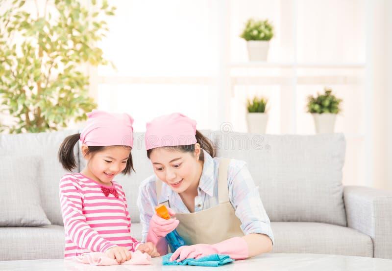 愉快的家庭清洗客厅 免版税图库摄影