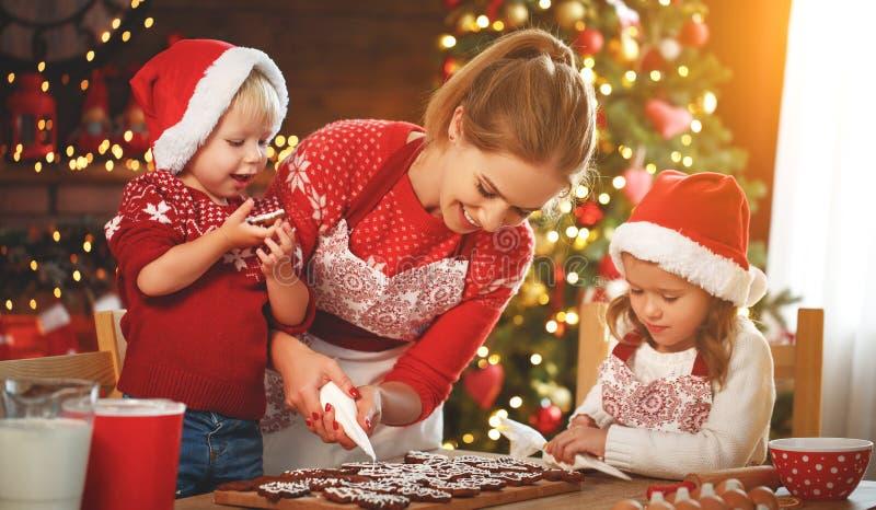 愉快的家庭烘烤圣诞节曲奇饼 免版税库存照片