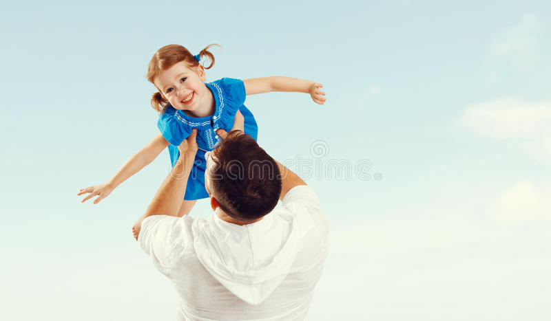 家庭成人_愉快的家庭父亲和获得儿童的女儿演奏和乐趣